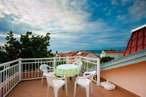 Jednosobni apartman s terasom i pogledom na more i privatnim parkingom Njivice